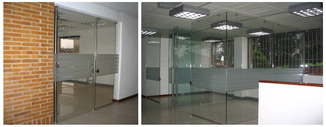 Oficinas en vidrio templado architect colombia for Divisiones de oficina