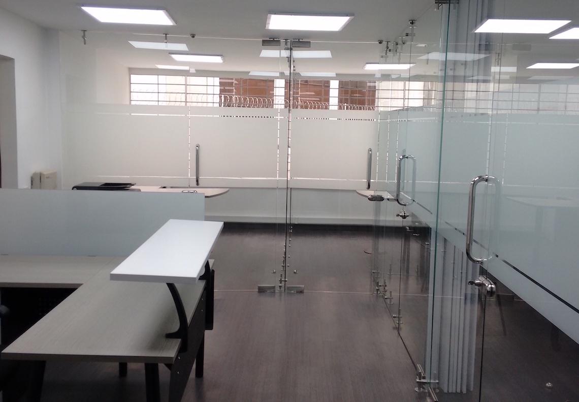 Dise o de oficinas divisiones para oficina divisiones en for Disenos para oficinas