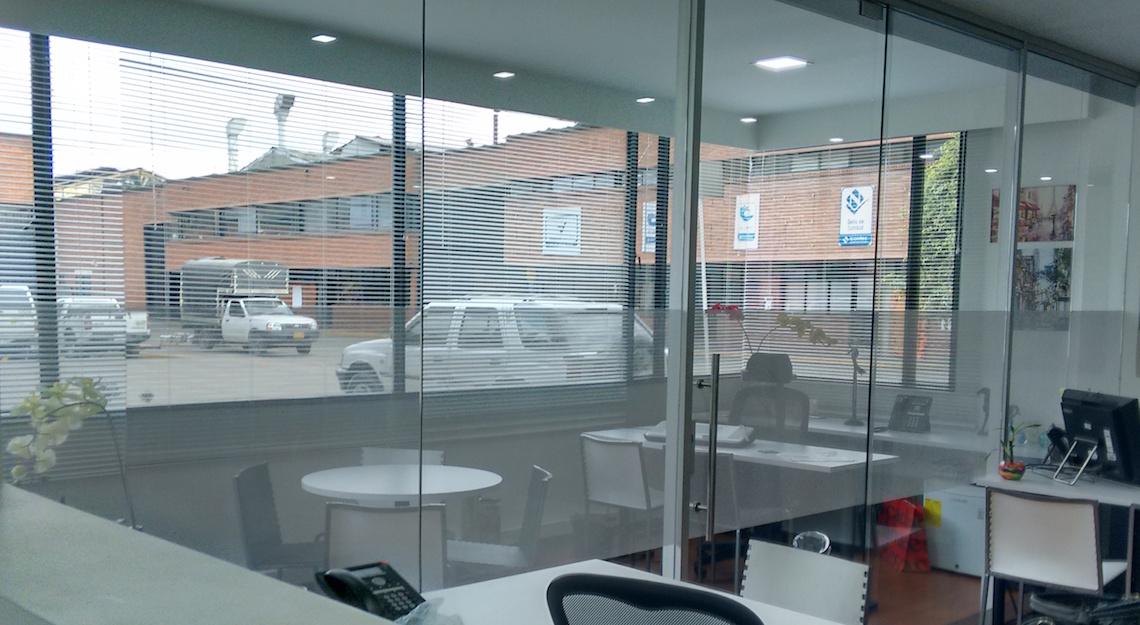Oficinas en vidrio for Paredes de cristal para oficinas