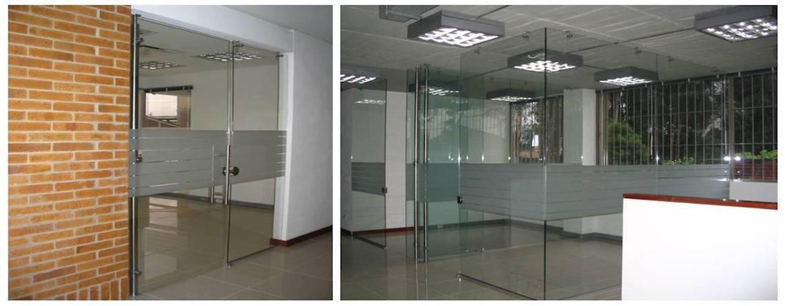 Oficinas en vidrio templado architect colombia for Plantas de oficinas modernas
